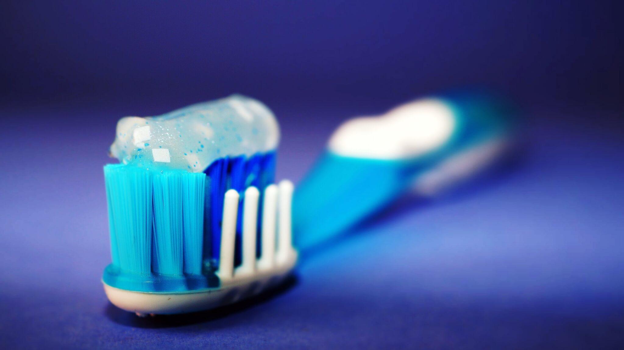 По-бели зъби само за 5 минути в домашни условия